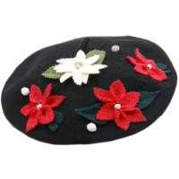 Schwarzes Barett mit winterlichen Blumenbestickt