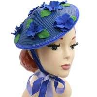 Blauer Kegelhut mit blauen Hortensien