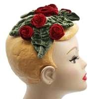 Half Hat mit roten Samtblumen und Blättern (Vintage Bandeau Hut)