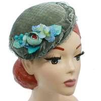 Graugrüner Velveteen Circle Hat - kleiner runder Hut aus Samt mit Netz und Blumen